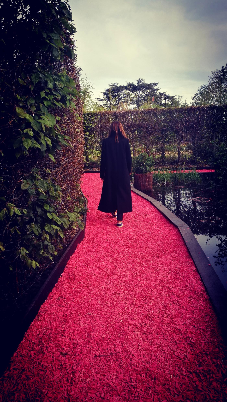 MSE paseando por su caminito de baldosas rosas